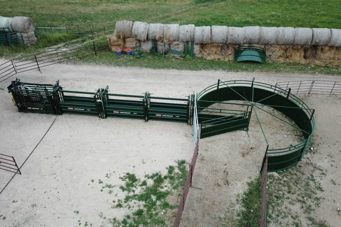 Q-Power 106 Series cattle chute and livestock handling system