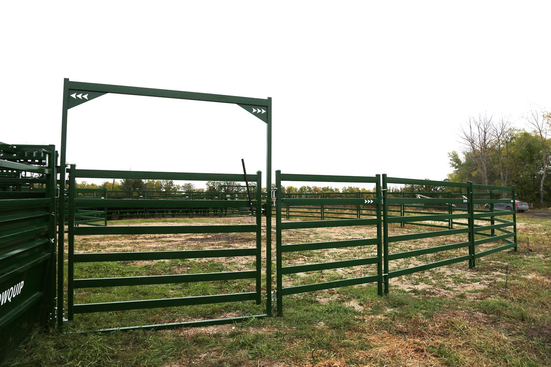 Arrow High Bow Gate for cattle corrals