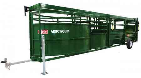 Vue latérale du système combiné mobile comprenant le couloir de contention réglable et enclos pivotant pour bovins sur vérins